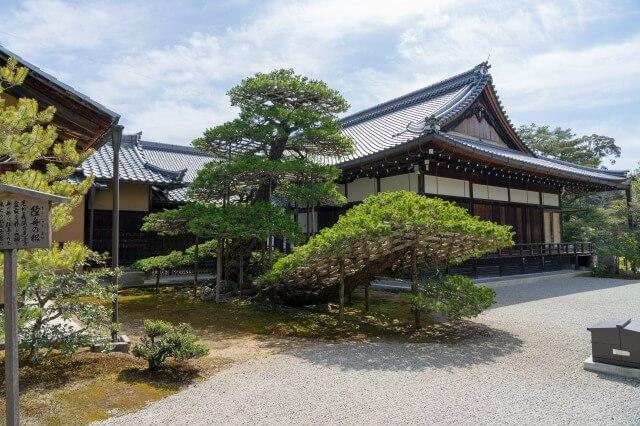 金閣寺の歴史を英語で説明