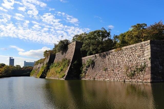 大阪城の建築物を英語で説明