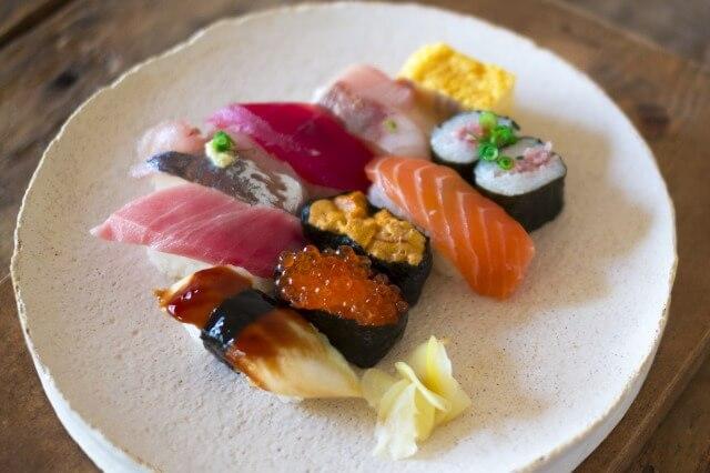 握り寿司の歴史を英語で説明